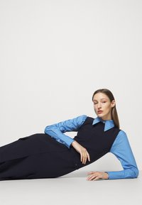 Victoria Beckham - SLEEVELESS UTILITY FLARE MIDI - Denní šaty - navy - 4