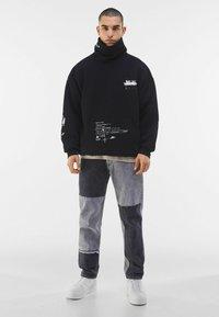Bershka - MIT ROLLKRAGEN - Sweatshirt - black - 1