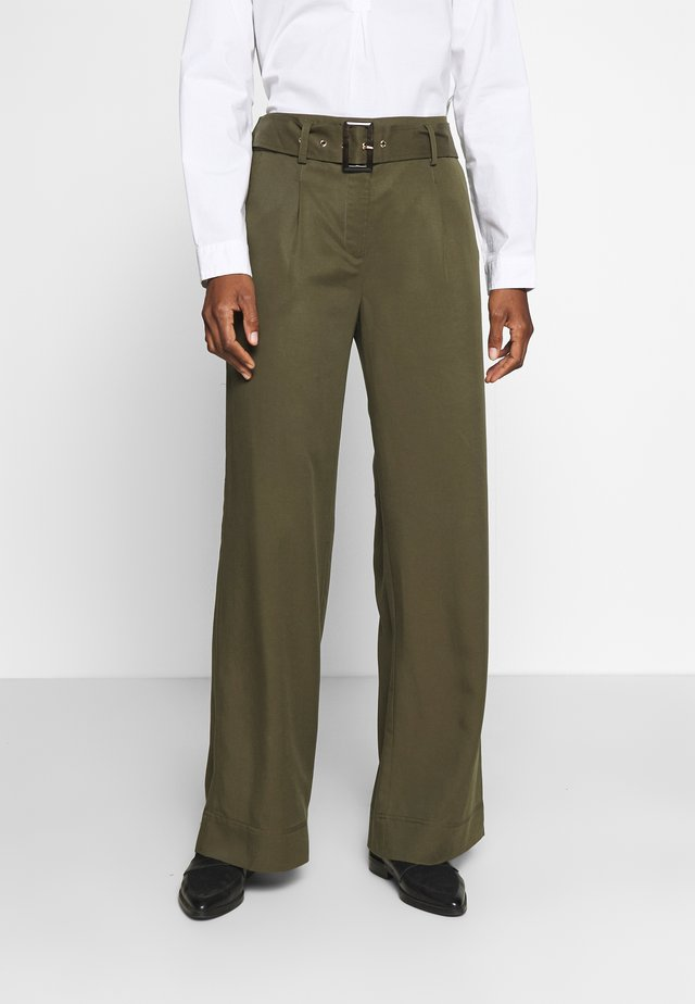 WIDE LEG BOX PLEAT TROUSERS WITH BELT - Kangashousut - dark khaki