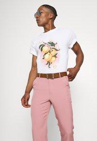 Mennace - ON THE RUN STRAIGHT LEG TAILORED TROUSER - Trousers - pink - 3