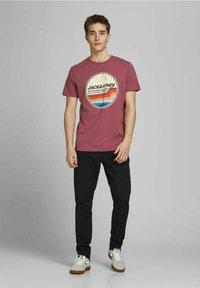 Jack & Jones - JORTYLER TEE CREW NECK  - Print T-shirt - hawthorn rose - 1