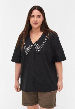 MED STOR KRAVE - Button-down blouse - black/white