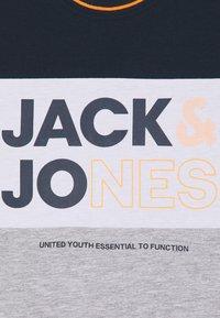 Jack & Jones Junior - JJARID CREW NECK TEE - T-shirt con stampa - navy blazer - 2