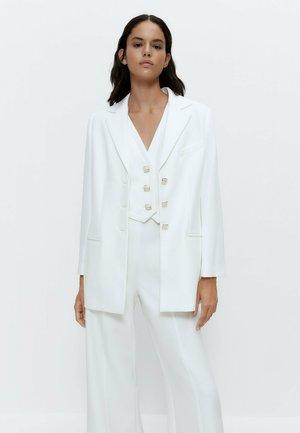 MIT GOLDFARBENEM KNOPF  - Waistcoat - white