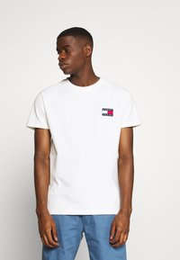 Tommy Jeans - BADGE TEE - T-shirts basic - white - 0