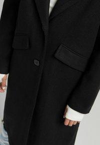 Bershka - MIT FALLENDEN SCHULTERNÄHTEN  - Klasyczny płaszcz - black - 3