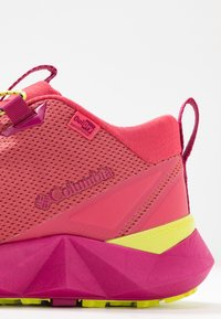 Columbia - FACET30 OUTDRY - Outdoorschoenen - rouge pink/voltage - 5