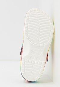 Crocs - CLASSIC TIE DYE GRAPHIC UNISEX - Zuecos - multicolor - 4