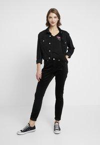 Tommy Jeans - ESSENTIAL V-NECK LOGO TEE - T-shirt z nadrukiem -  black - 1
