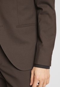 Isaac Dewhirst - PLAIN SUIT - Oblek - brown - 5