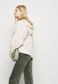 Monki - WENDY TROUSERS - Trousers - khaki green medium dusty solid - 4