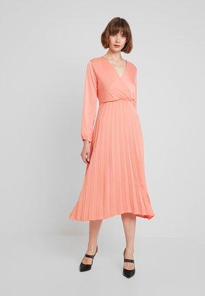 CYNTHIA - Maxi šaty - coralle