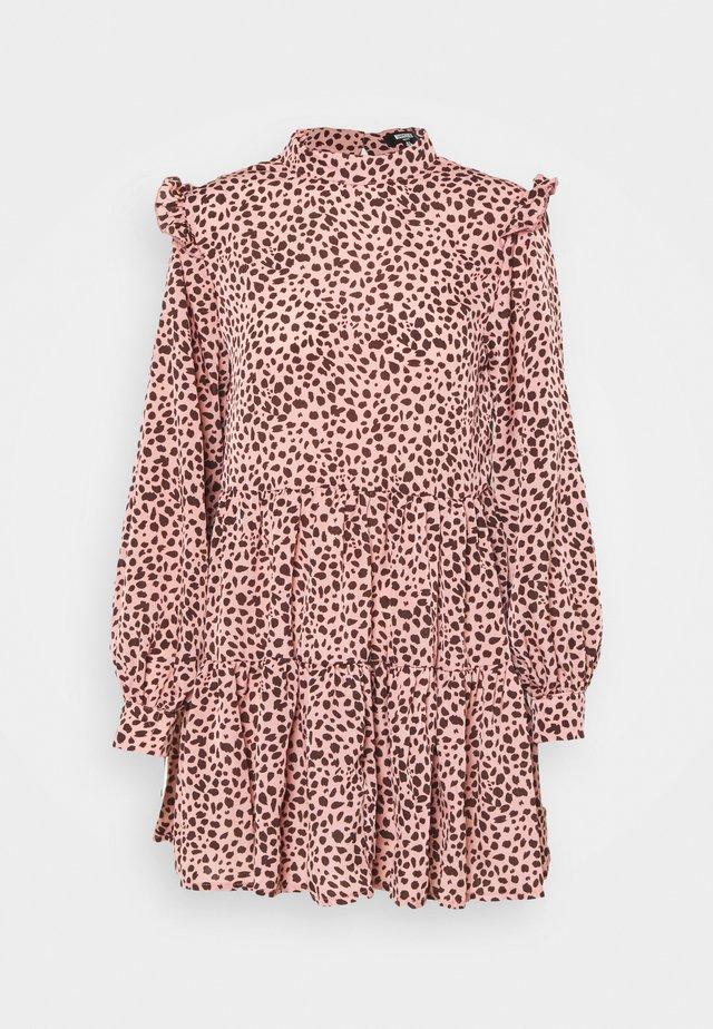 FRILL SHOULDER TIERED SMOCK DRESS LEO - Sukienka letnia - pink