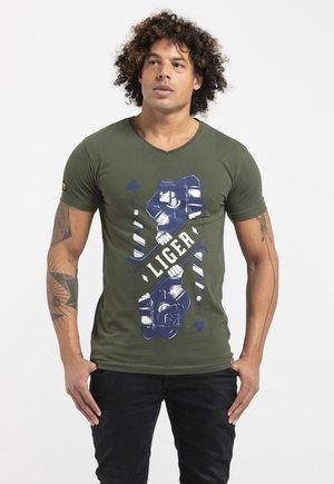 LIMITED TO 360 PIECES - GAËTAN HEUZÉ - HOCKEY - T-shirt print - green