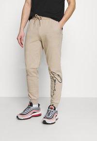 Jack & Jones - JORSCRIPTT PANTS  - Pantaloni sportivi - crockery - 0