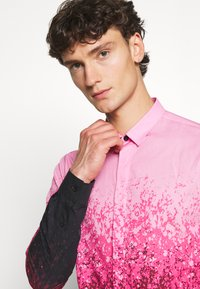 Twisted Tailor - JONAK - Košile - black/pink - 3