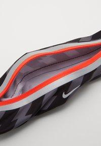 Nike Performance - SLIM WAISTPACK 2.0 UNISEX - Bum bag - black/smoke grey/silver - 4