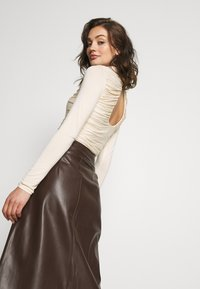Lost Ink - RUCHED DETAIL LONG SLEEVE - T-shirt à manches longues - beige - 2