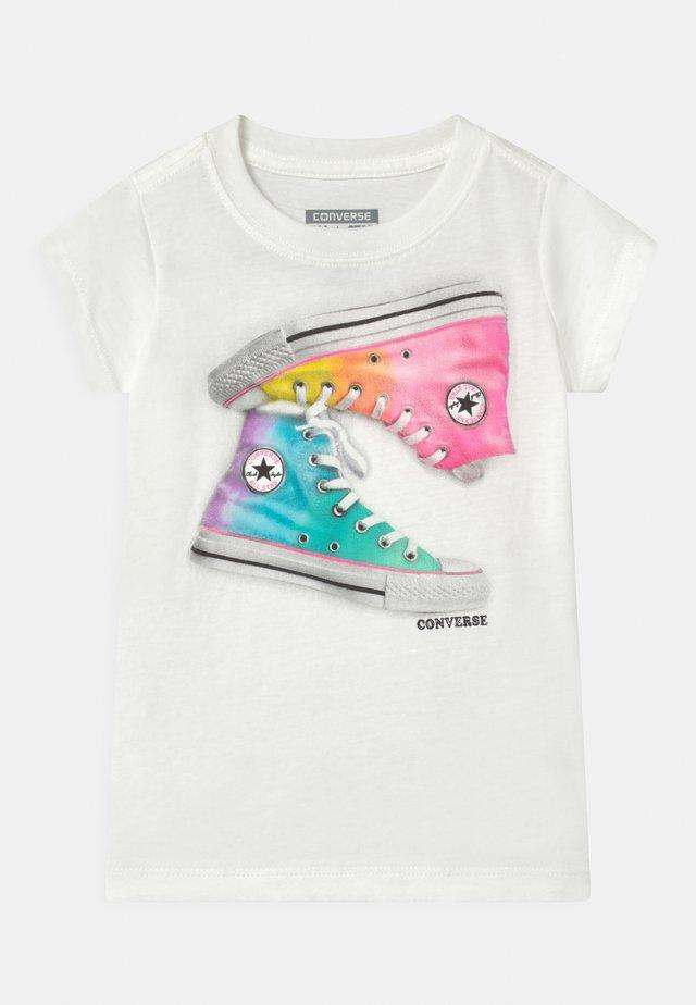 OMBRE CHUCKS - Print T-shirt - white
