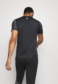 New Balance - PRINTED VELOCITY - T-shirt med print - black - 2