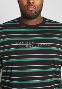 Common Kollectiv - PLUS STRIPED LOGO SHORT SLEEVE TEE - T-shirt z nadrukiem - black - 4