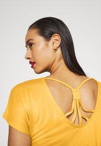 ONLY - ONLCARRIE CROSS BACK - Print T-shirt - golden spice - 5