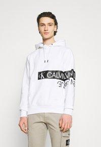 Calvin Klein Jeans - MIRRORED LOGO HOODIE UNISEX - Sweatshirt - bright white - 0