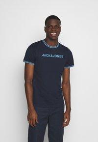 Jack & Jones - JCOCLEAN TEE CREW NECK - T-shirt imprimé - navy blazer - 0