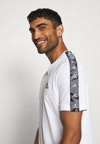 adidas Performance - ESSENTIALS TRAINING SPORTS SHORT SLEEVE TEE - Camiseta estampada - white/black - 3