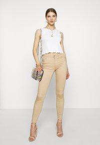 Vero Moda - VMHOT SEVEN PUSH UP PANTS - Jeans Skinny Fit - beige - 1