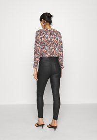 Vero Moda - VMJOY COATED  - Jeansy Skinny Fit - black - 2