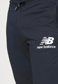 New Balance - ESSENTIAL STACK LOGO  - Tracksuit bottoms - eclipse - 5