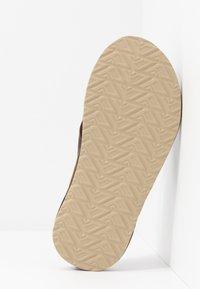 Reef - CUSHION BOUNCE PHANTOM - Sandály s odděleným palcem - brown/tan - 4