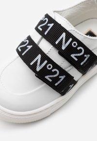 N°21 - Tenisky - white/black - 5