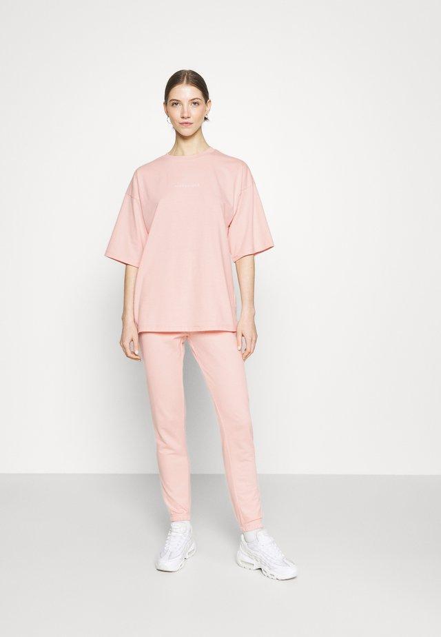 OVERSIZED JOGGER SET - Jednoduché triko - baby pink