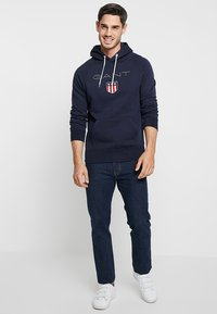 GANT - SHIELD HOODIE - Jersey con capucha - evening blue - 1