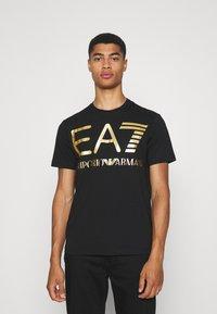 EA7 Emporio Armani - T-shirt med print - black/gold-coloured - 0