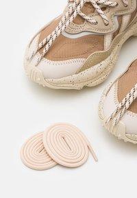 adidas Originals - OZWEEGO UNISEX - Zapatillas - brown - 4