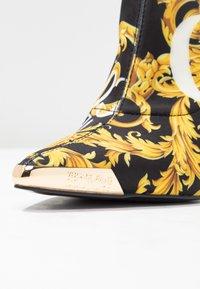 Versace Jeans Couture - Højhælede støvletter - multicolor - 2