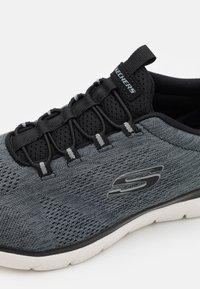 Skechers Sport - SUMMITS LOUVIN - Sneakers basse - black/white - 5