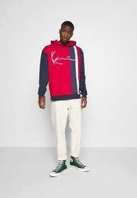 Karl Kani - SIGNATURE BLOCK HOODIE - Hoodie - dark red - 1
