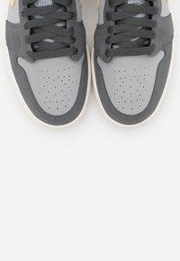 Jordan - AIR 1 MID  - Høye joggesko - iron grey/white onyx/light smoke grey - 5