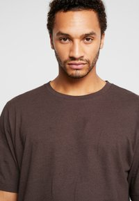 Resteröds - MID SLEEVE SOLID - Basic T-shirt - black coffé - 3