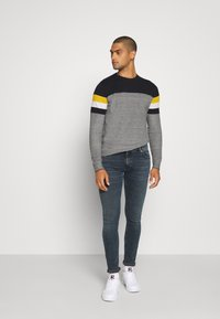 Jack & Jones - JJTUCKER - Stickad tröja - spicy mustard - 1