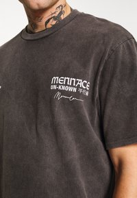 Mennace - UNKNOWN PLANETS TEE - T-shirt con stampa - black - 5