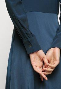 Victoria Victoria Beckham - BUTTON FRONT MIDI DRESS - Abito a camicia - blue slate - 6