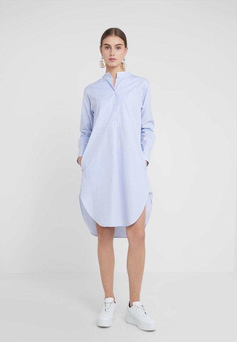 CLOSED - AURORA - Blusenkleid - light blue