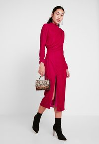 Hope & Ivy Tall - RUCHED SHOULDER AND WAIST DETAIL MIDI DRESS - Juhlamekko - red - 1