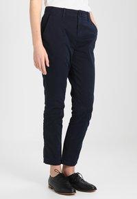 GAP - GIRLFRIEND SOLID - Chino kalhoty - true indigo - 0