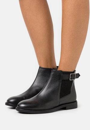 OAK BUCKLE CHELSEA BOOT - Støvletter - black